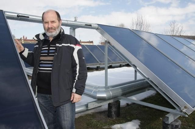Kolektory solarne wspomagają system zaopatrzenia szpitala w ciepłą wodę użytkową – wyjaśnia Leszek Szajer, szef szpitalnej kotłowni.