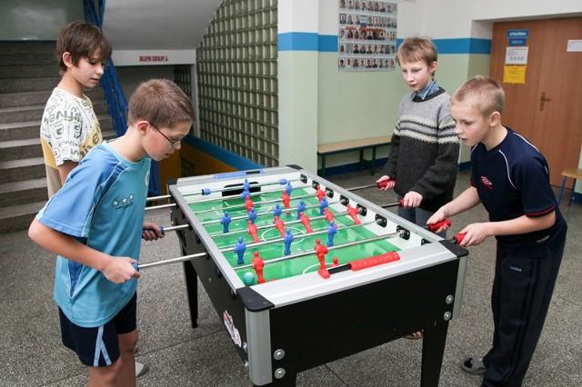 Dawid, Michał, Paweł oraz Błażej już po raz czwarty spędzają pierwszy tydzień ferii w Wasilkowie. We wtorek, między innymi, grali w piłkarzyki oraz szaleli na białostockim lodowisku.