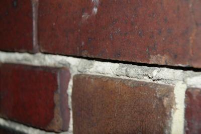 Cegła klinkierowa na elewacji bez fugiOdsłonięte krawędzie cegły ułatwiają dostęp wilgoci do wnętrza cegły i gromadzą wszelkie zabrudzenia.
