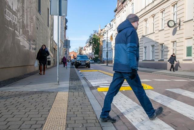 """Separatory przy Cieszkowskiego i Słowackiego mają zapewnić bezpieczeństwo pieszych. Ustawiono je przed """"zebrami"""""""