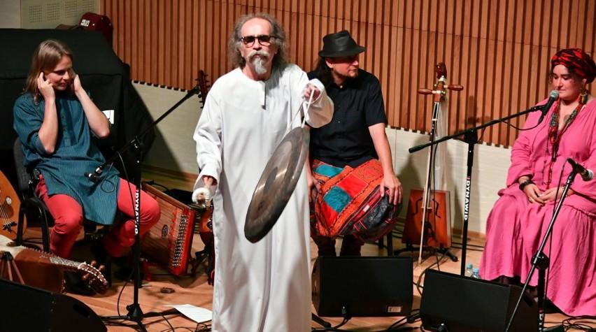 Liderem MILO Ensamble jest Milo Kurtis - współzałożyciel Maanam, członek i współzałożyciel Osjana, Izraela, Voo Voo i innych kultowych, polskich zespołów.