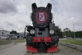 Kibole Lechii zdewastowali lokomotywę przed stadionem Lecha! [ZDJĘCIA]
