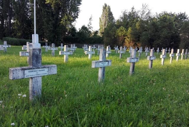 Nieznani sprawcy zdewastowali jeden z nagrobków na Cmentarzu Francuskim
