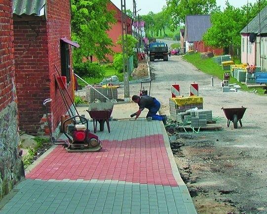 Mieszkańcy Storkowa lada dzień będą chodzić po przebudowanych chodnikach.
