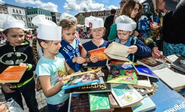 16 czerwca na Starym rynku w Bydgoszczy trwało  Ogólnopolskie Święto Wolnych Książek organizowane przez Jolantę Niwińską już po raz trzynasty. Tradycyjnie Święto zaczęło się od barwnego, literackiego korowodu, który przeszedł ulicami miasta. Skończyło się wielkim happeningiem na płycie Starego Rynku. Pojawiły się na nim setki osób, w tym głównie dzieci i młodzież. - To pokazuje, że czytamy, a książki są częścią naszego życia - mówiła Niwińska, a do wspólnego czytania wierszy specjalnie przygotowanych na tę okazję przez zaprzyjaźnionych twórców zaprosiła osoby związane z kulturą w Bydgoszczy. Nie zabrakło także tradycyjnego wystrzału z wiwatówki, koncertu orkiestry dętej i konkursu na najlepsze książkowe przebranie.