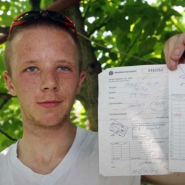 - Mam dowód, że byłem pracownikiem Zetki Auto - mówi Krzysztof Feret i pokazuje swoją przepustkę do fabryki i kartę pracy.
