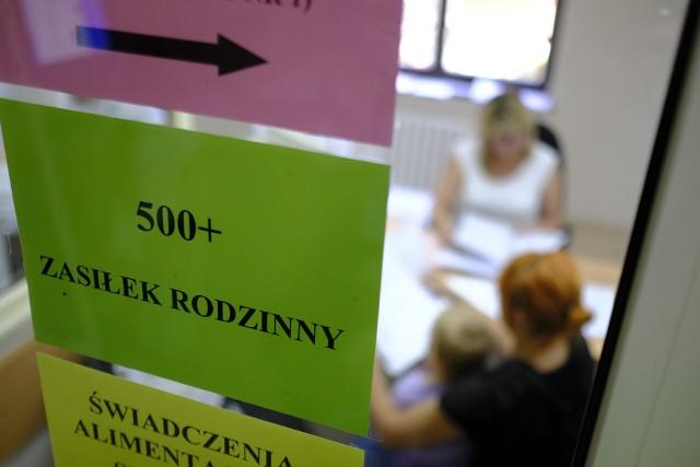 """Polacy w większości są sceptyczni wobec propozycji rozszerzania programu """"500 plus"""" na każde dziecko w rodzinach, w których rodzice celowo uchylają się od pracy."""