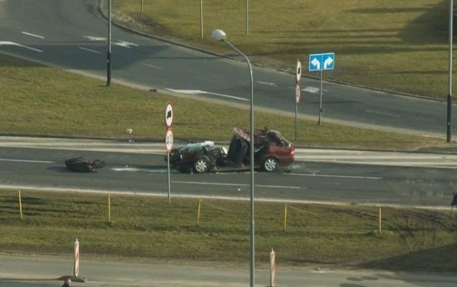Osobówka najechała na naczepę samochodu ciężarowego
