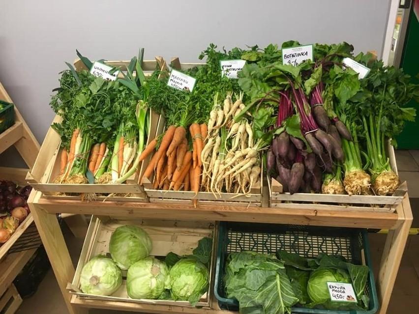 W sklepie Warzywa owoce u Franka można kupić warzywa i owoce...