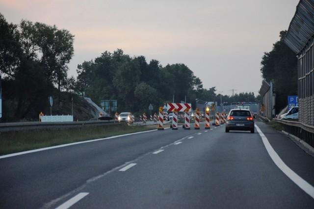 DK1 w Czechowicach-Dziedzicach została otwarta wcześniej, niż zapowiadano - w niedzielny wieczór kierowcy mogli przejechać w obu kierunkach. Przesuwaj gestem lub za pomocą strzałki, by zobaczyć kolejne zdjęcie