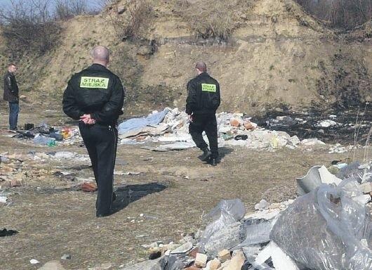 Na terenie poradzieckiego lotniska strażnicy miejscy walczą z nielegalnymi wysypiskami śmieci. – Na myśliwychnie natknęliśmy się tu – mówi Wiesław Dubij, komendant SM w Stargardzie (pierwszy z lewej).
