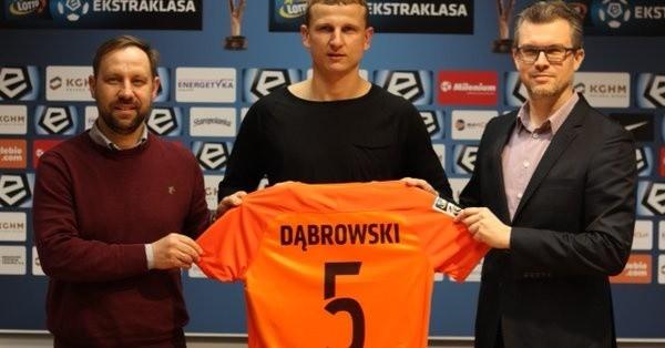 Maciej Dąbrowski (w środku) w towarzystwie dyrektora sportowego Dariusza Motały (z lewej) i prezesa Roberta Sadowskiego.