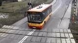 Sekundy od tragedii! Kierowca autobusu wjechał na tory pomimo czerwonego światła WIDEO+ZDJĘCIA