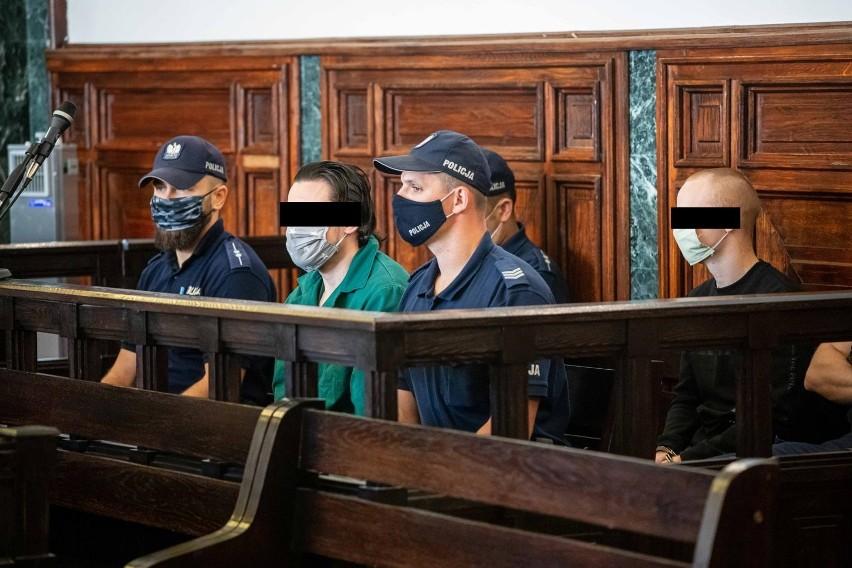 Agnieszka M. zginęła w styczniu 2009 r. Oskarżani o zabójstwo sokólczanie mieli wtedy po 17 i 18 lat. Artur K. (na zdj. w zielonej koszuli) ani Piotr N. nie przyznają się do winy. Zaprzeczają, że byli w mieszkaniu ofiary. Twierdzą, że trzeci oskarżony ich pomawia.