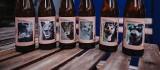 Na etykietach napojów zdjęcia psiaków ze schroniska w Przyborówku. Zachęcają do adopcji czworonogów