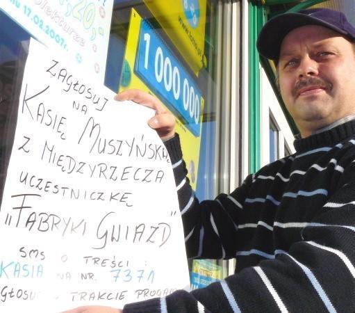 Wujek piosenkarki Andrzej Tokarz wywiesił w witrynie swego kiosku plakat zachęcający do głosowania na Kasię Muszyńską. - Ona promuje nasze miasto - mówi.