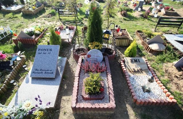 28-10-2014 lodzludzie odwiedzaja groby swoich zwierzakow.fot. lukasz kasprzak/express ilustrowany