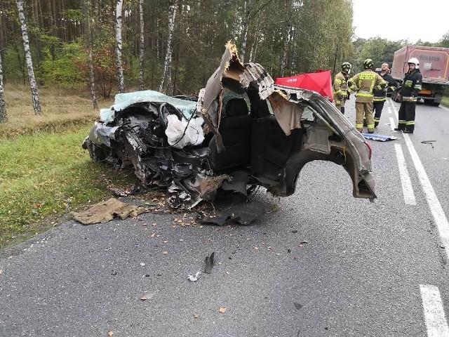 Tragiczny wypadek na drodze wojewódzkiej 246 między Szubinem a Łabiszynem. W zderzeniu samochodu osobowego z ciężarówką zginął młody kierowca alfy romeo.