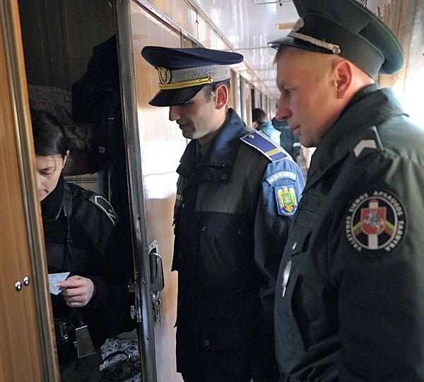 Przedstawiciele służb granicznych krajów UE podczas kontroli w pociągu relacji Kijów - Przemyśl.