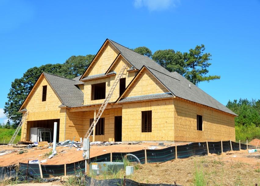 Budynek opiera się na drewnianym lub stalowym szkielecie....