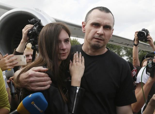 Oleg Sencow ze swoją córką na lotnisku w Kijowie 7.09.2019. Reżyser został uwolniony z rosyjskiego więzienia w ramach wymiany więźniów