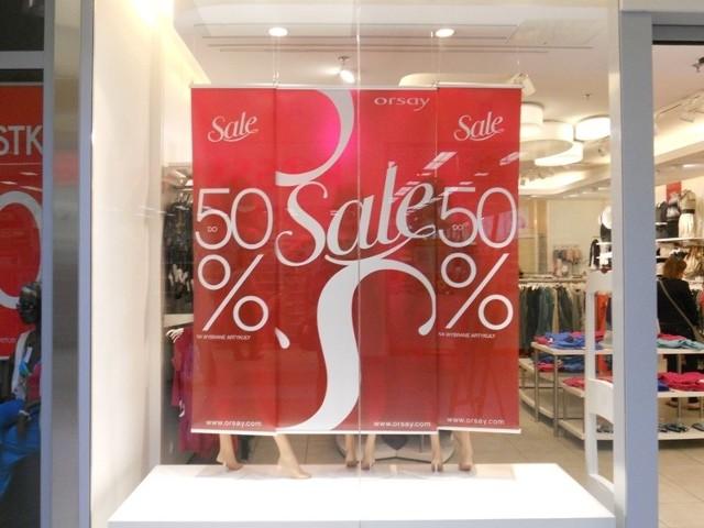 Plakaty na witrynach wszystkich sklepów w obu kieleckich galeriach handlowych krzyczą o 30-, 50-, a nawet 70-procentowych przecenach letniej odzieży.