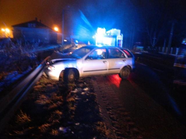 Do wypadku doszło w niedzielę około godziny 3 nad ranem. W Szczuczynie na skrzyżowaniu ul. Sportowej i ul. Szczuki nissan wjechał w przydrożne barierki. Jedna osoba została odwieziona do szpitala. Kierowca prawdopodobnie nie dostosował prędkości do warunków panujących na drodze.