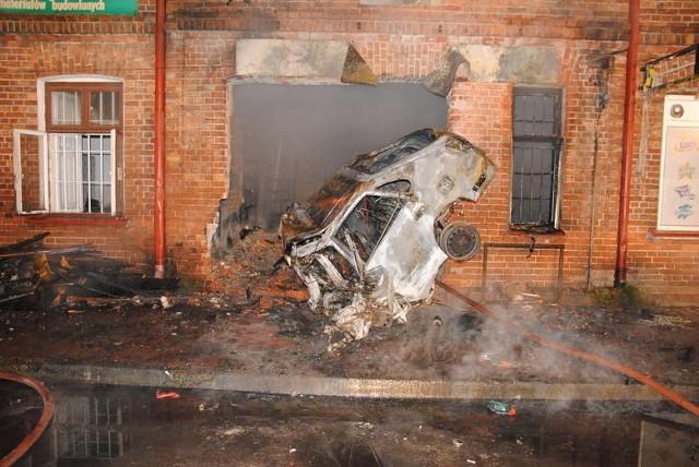 Do tragicznego w skutkach wypadku w Dłutowie koło Pabianic doszło w 2012 r. 24-letni mieszkaniec Łasku jechał główną drogą przez Dłutów i wypadł z zakrętu uderzając prosto w ścianę kamienicy stojącej na łuku drogi. Auto stanęło w płomieniach. Kierowca poniósł śmierć na miejscu. >>>