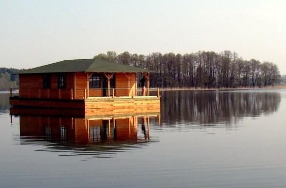 Dom pływający na MazurachPrzykładowy dom pływający na mazurach
