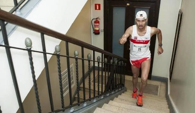 Jarosław Piechota na trasie. Łodzianin w niedzielę będzie biegać przez 10 godzin, zapraszamy wszystkich, by razem z naszym towerrunnerem wziąć udział w przedsięwzięciu