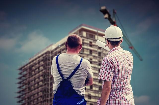 Nieruchomości mieszkalnych stale w Polsce przybywa, jednak sprzedaż mieszkań hamują wysokie ceny.