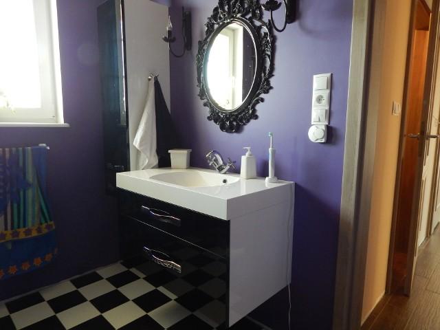 Jak zaprojektować łazienkę, by łatwo ją było utrzymać w czystościWłaściciele tej łazienki zadbali o to, by łatwo ją było sprzątać: na podłodze w czarno-białą szachownicę nie widać niewielkich zabrudzeń, a podwieszane meble ułatwiają jej mycie. W głębokich szufladach pod umywalką zmieściły się wszelkie podręczne drobiazgi, łącznie z szczoteczkami do zębów.