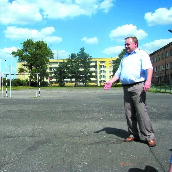 Na obecnym boisku gra jest niebezpieczna, bo wylane jest asfaltem. - Jest też stare i zniszczone, dlatego musi powstać nowe - twierdzi Andrzej Chodkiewicz.