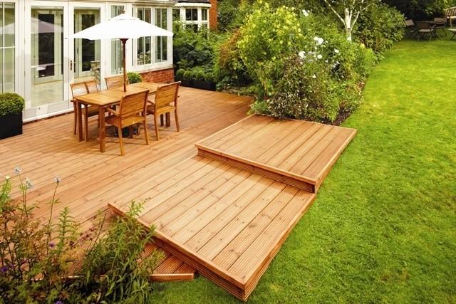 Drewniane tarasy są obecnie bardzo modnePlanując pielęgnację drewna w ogrodzie, sprawdź prognozę pogody. Unikaj konserwacji w czasie lub po deszcze oraz w bardzo upalne dni.