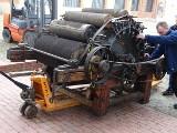 Wielka mobilizacja w muzeum włókiennictwa w Łodzi, ogromne maszyny są przenoszone z magazynu do sal wystawienniczych