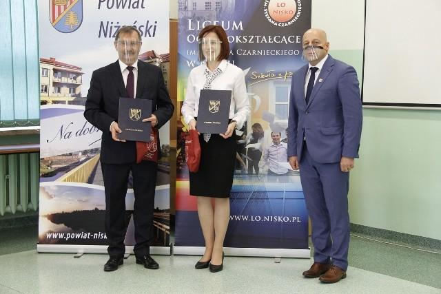 Od lewej dyrektor niżańskiego liceum Jerzy Stelmach i Wicedyrektor Beata Wasyl oraz starosta Robert Bednarz