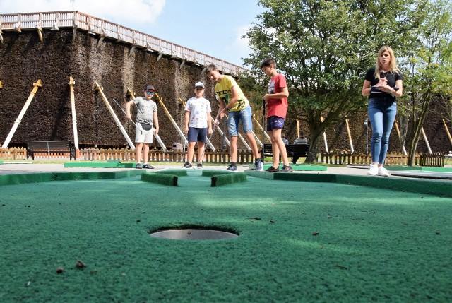 W ramach wakacji z inowrocławskim Ośrodkiem Sportu i Rekreacji pod tężniami w Solankach odbył się turniej mini golfa
