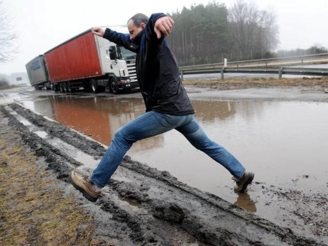 """Krystian Schatton do Polski przyjeżdża rzadko. """"Osiemnastką"""" jest wstrząśnięty. Dosłownie i w przenośni. Gdy z gładkiej jak stół niemieckiej autostrady wjechał na tę trasę natychmiast pomyślał o Euro 2012 i o biednych kibicach. Dla wielu Europejczyków to dopiero będzie szok."""