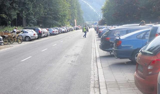 Parking na ul. Bronisława Czecha. Nawet w zwykły dzień, poza sezonem, bywa pełny w 75 procentach. W sezonie miejsca wolnego nie ma tu już o godzinie 8 rano i taki stan utrzymuje się do nocy