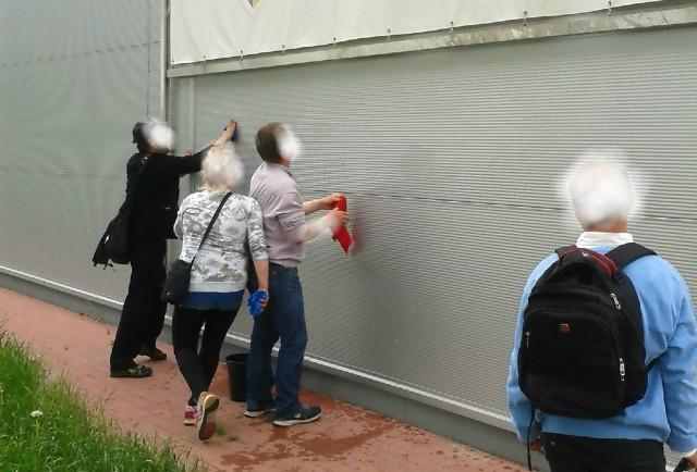 Policjanci przypilnowali, by wandale przed wyruszeniem w dalszą drogę wyczyścili pomalowaną przez siebie ścianę.