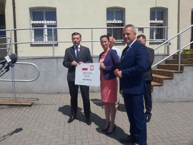 Anna Ośko czek na 430 tysięcy złotych otrzymała od wiceministra Łukasza Schreibera (po lewej) oraz wojewody Mikołaja Bogdanowicza (po prawej)