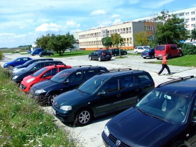 Z parkingu, który starostwo zamierza sprzedać, korzysta sporo kierowców. (fot. Radosław Dimitrow)