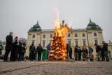 Betlejemskie Światło Pokoju dotarło do Białegostoku. Wielkie ognisko zapłonęło przed Pałacem Branickich (zdjęcia)