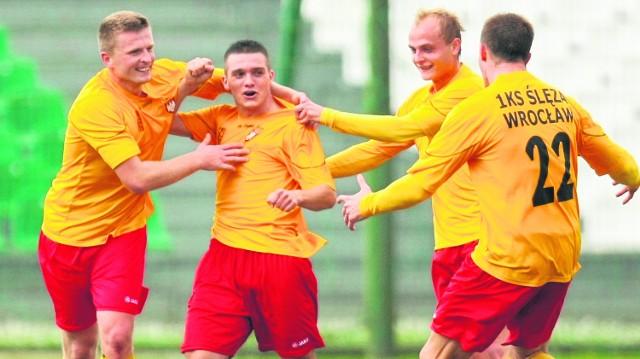 Paweł Zieliński (drugi z lewej) tutaj jeszcze w barwach Ślęzy, ale jeśli kluby się dogadają, to wkrótce powinien zostać zawodnikiem Śląska. Cena jest niewielka - udostępnienie stadionu na Oporowskiej