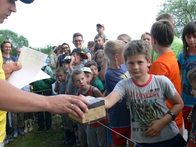 Ernest Pająk odbiera kołowrotek za złowienie największej ryby zawodów.