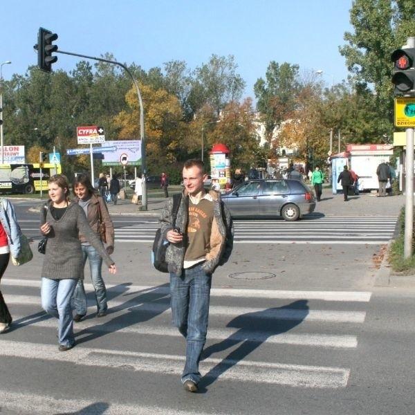 Na ulicy Prażmowskiego już w połowie drugiego pasa piesi muszą biec, bo zapala się czerwone światło.