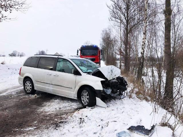 Groźny wypadek na drodze Nagórki - Drożęcin-Lubiejewo. Chrysler zjechał z drogi i uderzył w drzewo. Jedna osoba została ranna.