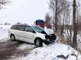 Wypadek na drodze Nagórki - Drożęcin-Lubiejewo. Chrysler rozbił się o drzewo. Jedna osoba ranna [ZDJĘCIA]