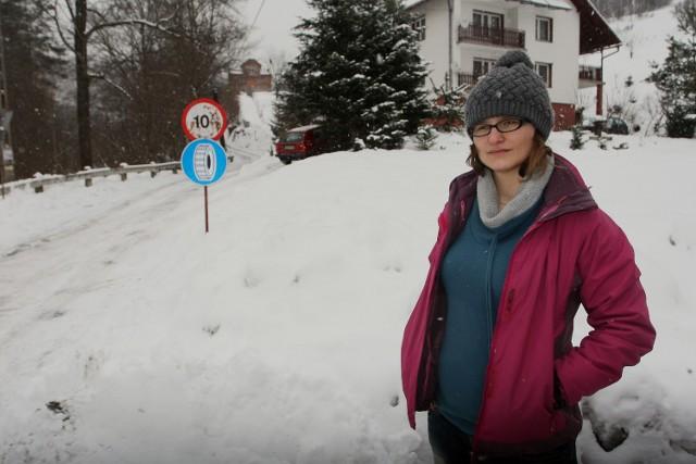 Monika Tokarczyk boi się wjeżdżać autem pod górę, gdy spadnie śnieg. Zostawia więc auto, idzie do domu i odśnieża swój fragment drogi. - Taki wysiłek mi nie służy, bo jestem w ciąży - żali się kobieta