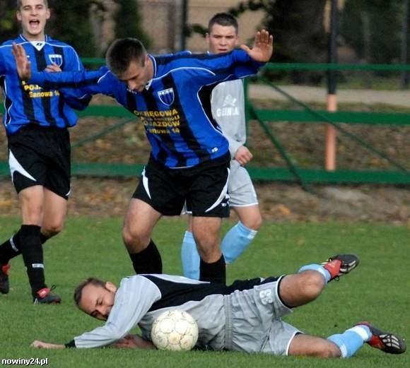 JKS Jarosław (niebiesko-czarne stroje) pokonał Tęczę Kosienice 3-2.